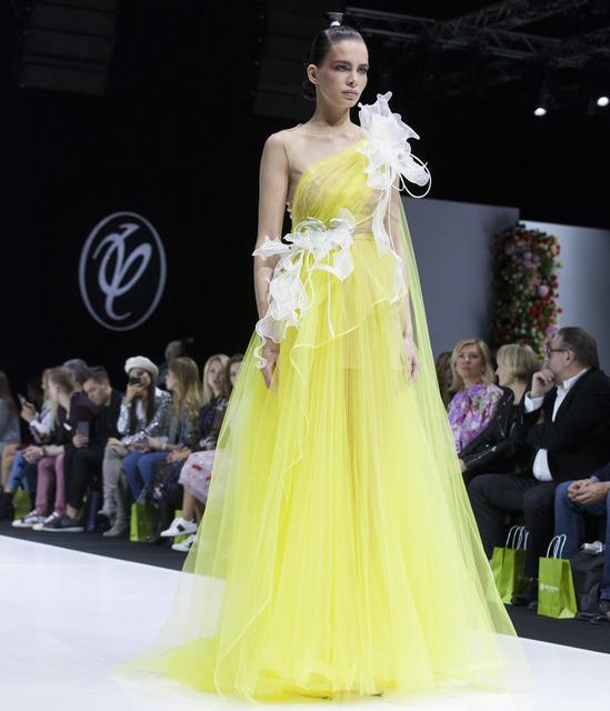 Восточная сдержанность, флористичные мотивы и звездные гости в первом ряду: смотрим показ Valentin Yudashkin
