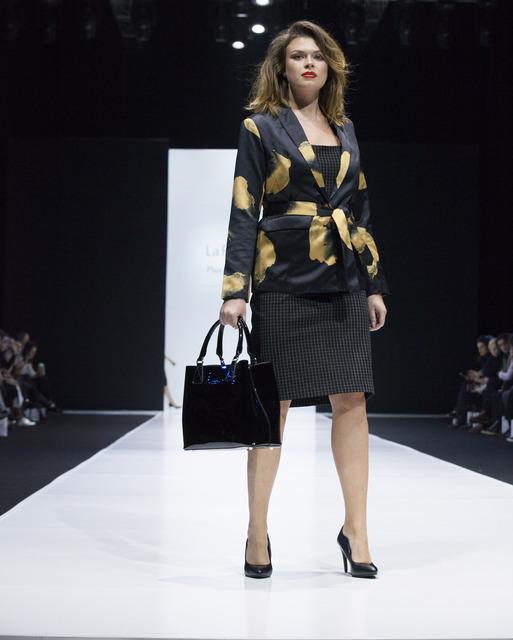 Романтичные платья, спортивные бомберы, кружевное белье и пышные модели на подиуме: смотрим показ La Redoute для женщин plus-size
