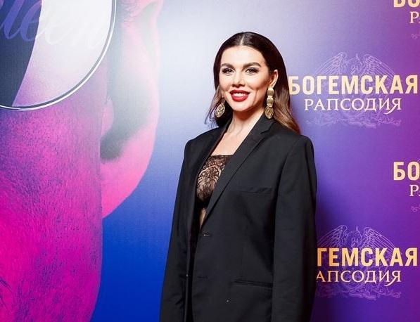 Седокова пришла на премьеру «Богемской рапсодии» в мужском пиджаке и прозрачном боди, а Польна — в total black и желтой шляпе