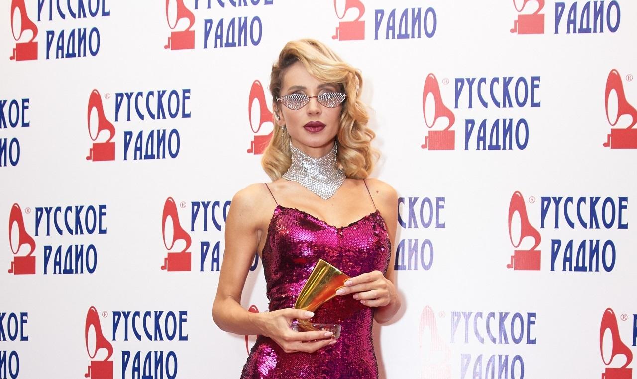 Гагарина с декольте до пояса, Лобода в комбезе из пайеток и другие самые провокационные наряды из истории «Золотого граммофона»