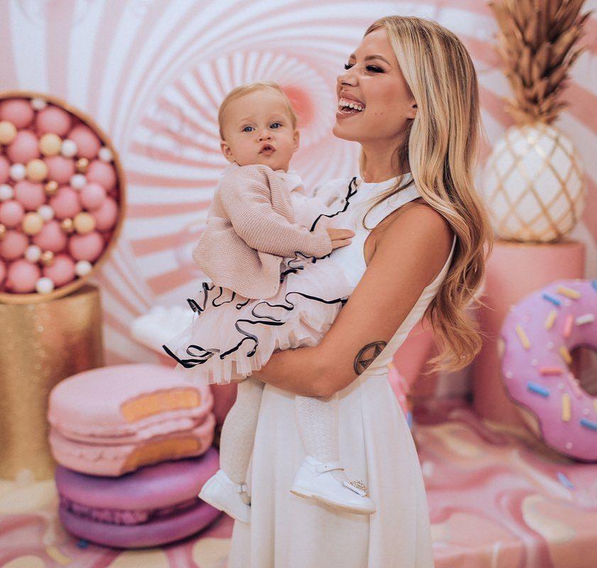 Дакота показала «сладкий» день рождения дочери, а Боня зажгла в купальнике и на шпильках под хит Бейонсе: топ видео из Instagram звезд