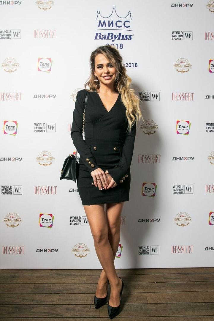 Хилькевич пришла на финал конкурса красоты Miss BaByliss 2018 в ультракоротком черном платье, а Кожевникова — в широких брюках-трубах