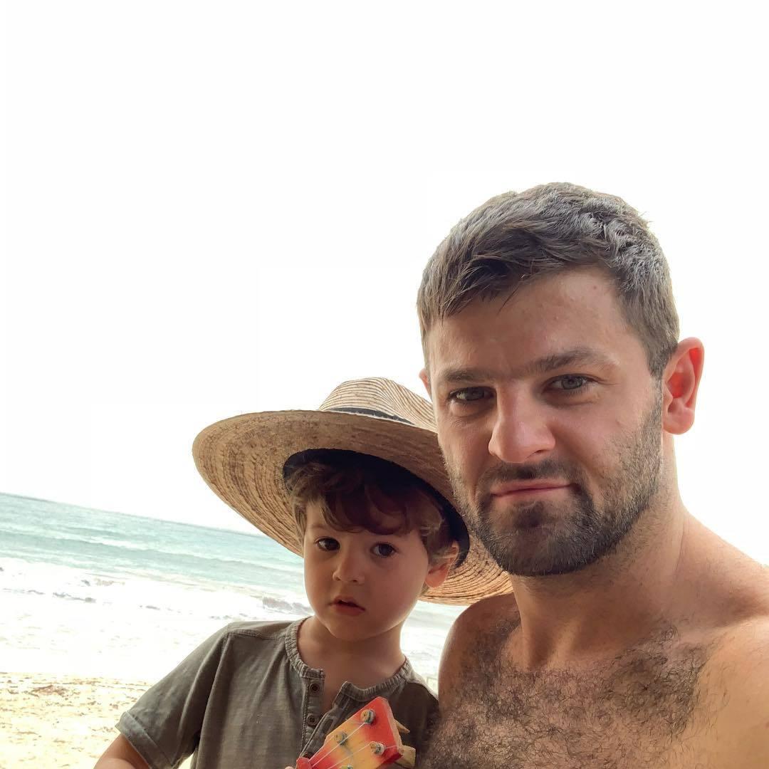 Бывшая жена Александра Радулова показала лицо младшего сына ...   1080x1080