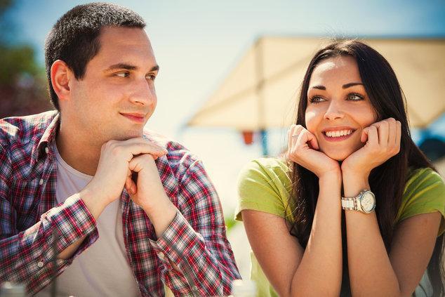 Симпатичная молодая девушка знакомится с парнем на улице и соглашается с ним пойти потрахаться к нем