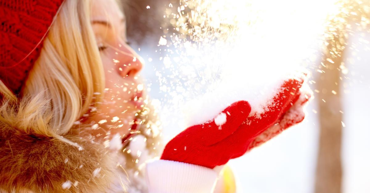 Картинки девушки дуют на снег