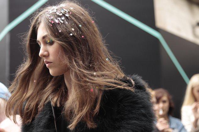 Новый тренд – блестки на волосах | WMJ.ru